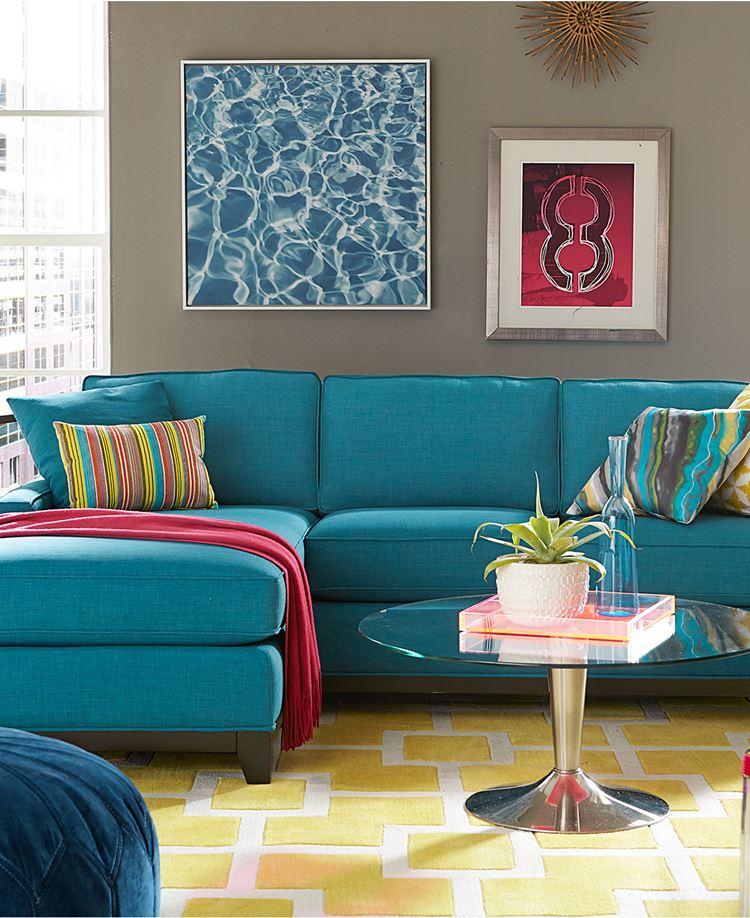 Бирюзовый диван в интерьере: мягкий угловой диван в комнате с бежевыми стенами и жёлтым полом