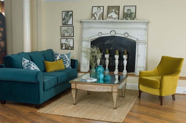 Бирюзовый диван в интерьере: горчично-жёлтое кресло в гостиной со стенами оттенка слоновой кости