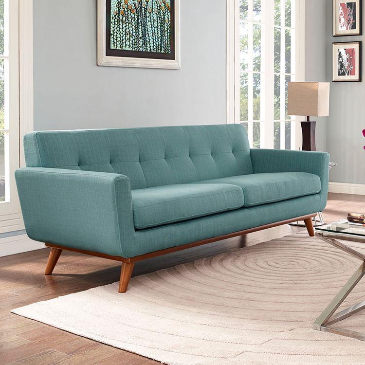 Бирюзовый диван в интерьере: двухместный диван на деревянных ножках оттенка аквамарин в гостиной