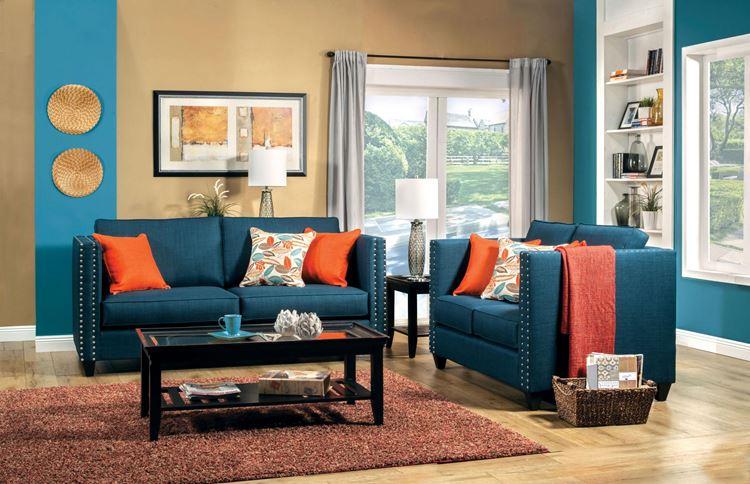 Бирюзовый диван в интерьере: стены мокка,  деревянный пол,  оранжевые подушки