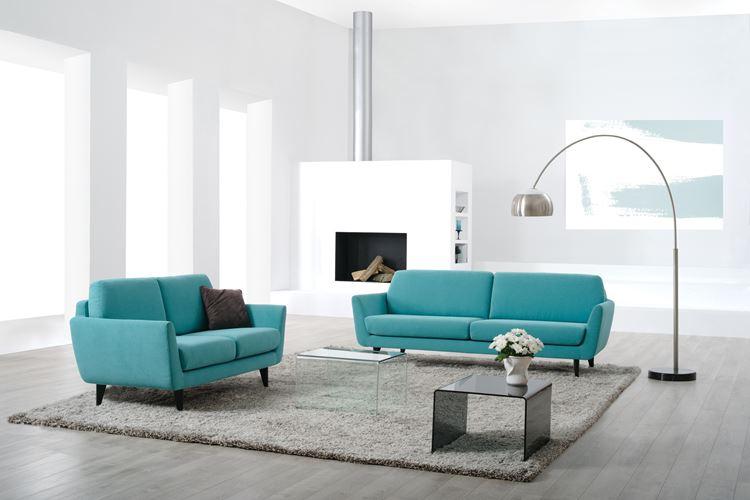Бирюзовый диван в интерьере: минималистичная гостиная в бело-серых тонах с двумя бирюзовыми диванами