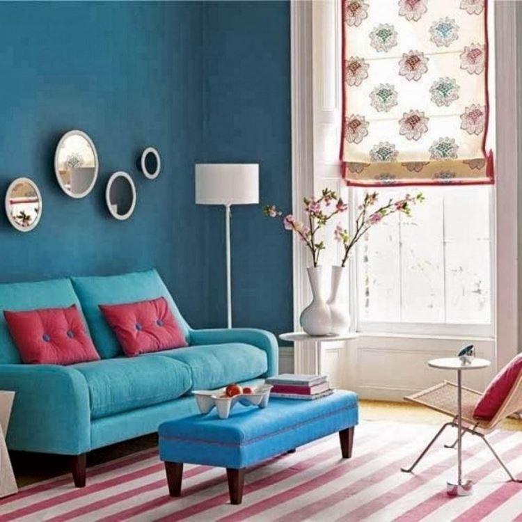 Бирюзовый диван в интерьере: розовые подушки, бирюзовые стены, голубой столик