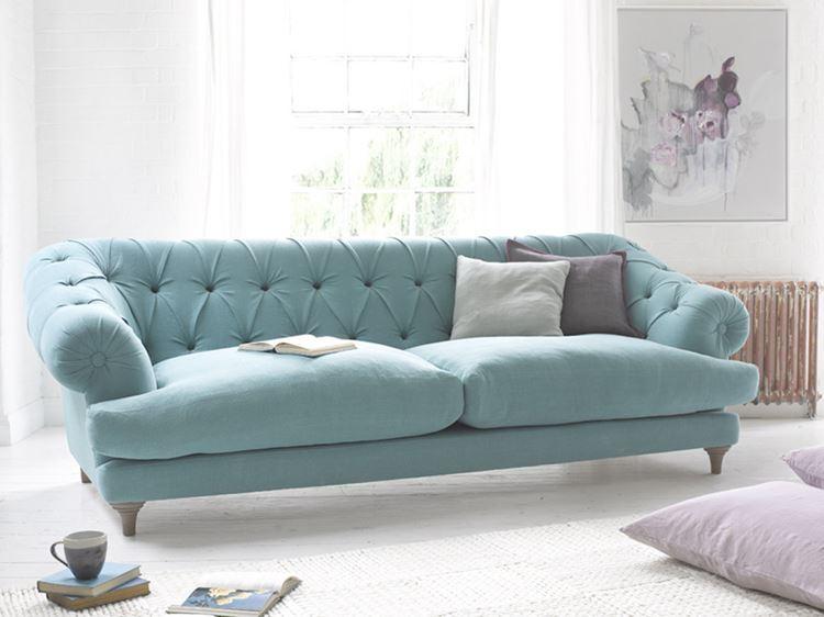 Бирюзовый диван в интерьере: пастельный двухместный диван оттенка аквамарин в белой гостиной
