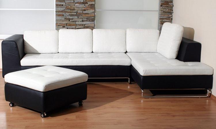 Белый диван в интерьере: чёрно-белый кожаный угловой в комнате с деревянным полом