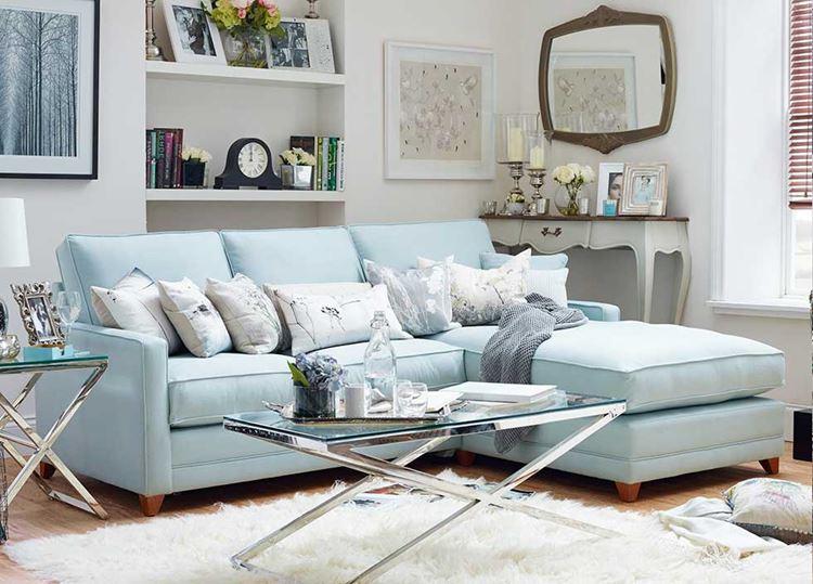 Голубой диван в интерьере: раскладной диван пастельного голубого оттенка с белыми подушками