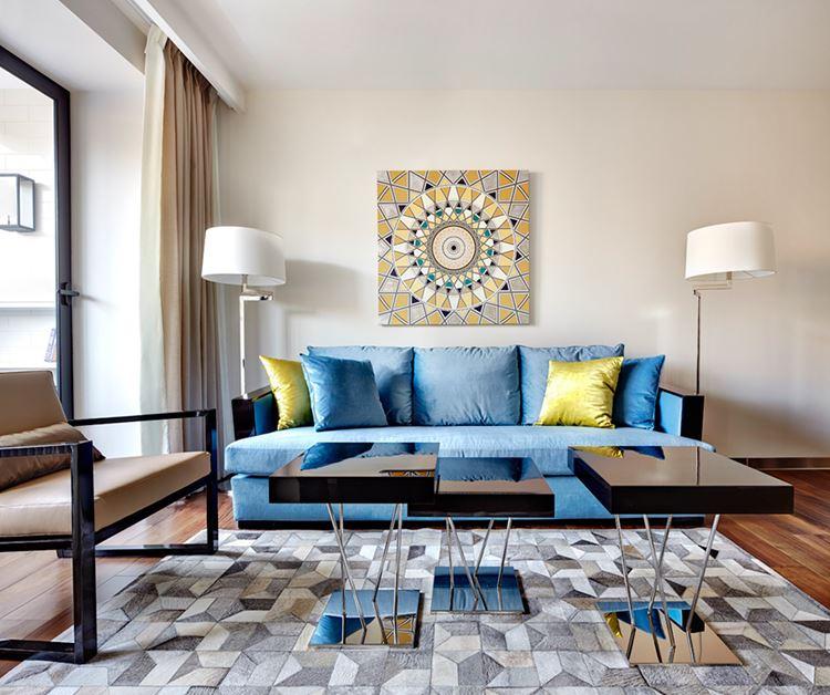 Голубой диван в интерьере: диван с жёлтыми подушками в гостиной со стенами оттенка слоновой кости