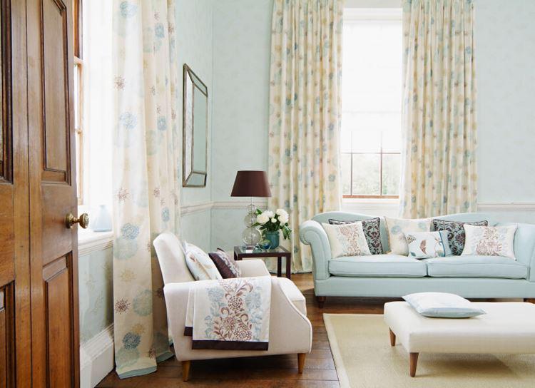 Голубой диван в интерьере: диван зефирного оттенка в гостиной с бледно-голубыми стенами