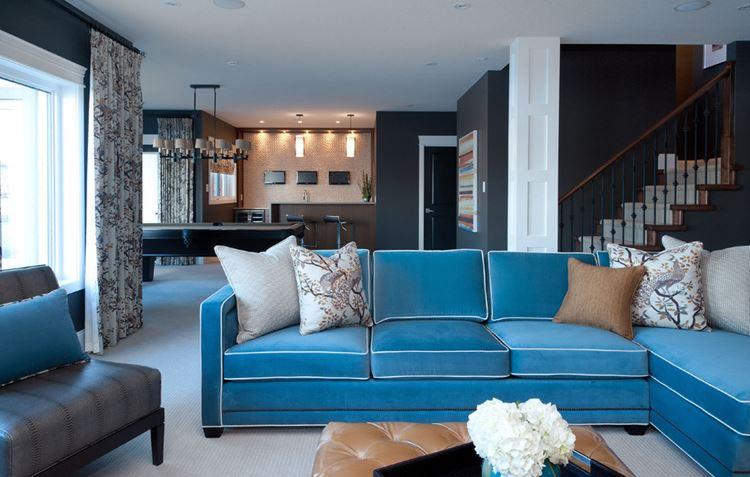 Голубой диван в интерьере:  бархатный диван с подушками в гостиной с чёрными стенами