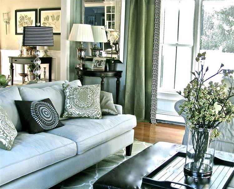 Голубой диван в интерьере: Бледно-голубой диван с подушками в зелёной гостиной