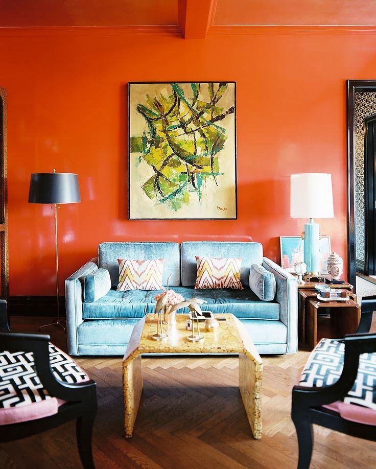 Голубой диван в интерьере: двухместный диван в гостиной с яркими оранжевыми стенами
