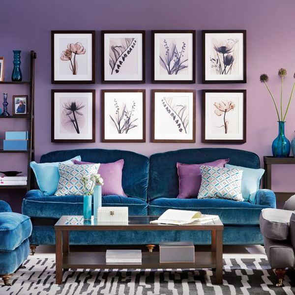 Голубой диван в интерьере: бархатный диван с подушками в гостиной с фиолетовыми стенами