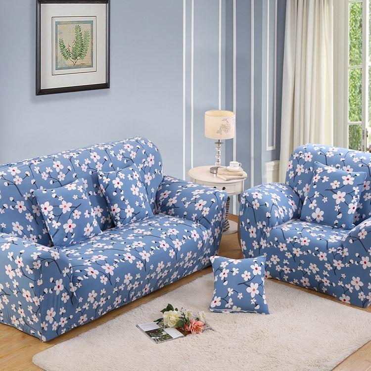 Голубой диван в интерьере: с цветочным принтом в гостиной с серо-голубыми стенами и бежевым ковром