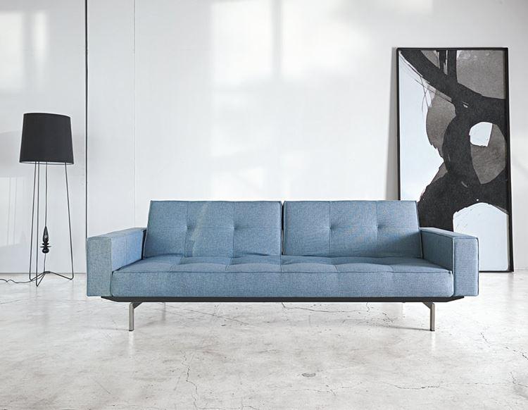 Голубой диван в интерьере: приглушённо голубой диван на металлических ножках в бело-серой комнате