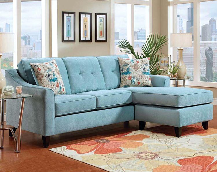 Голубой диван в интерьере: трёхместный диван в гостиной с кофейно-бежевыми стенами