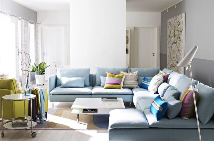 Голубой диван в интерьере: большой зефирно-голубой диван в гостиной с бело-серыми стенами