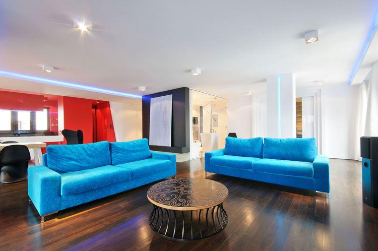 Голубой диван в интерьере: гостиная с яркими голубыми вельветовыми диванами