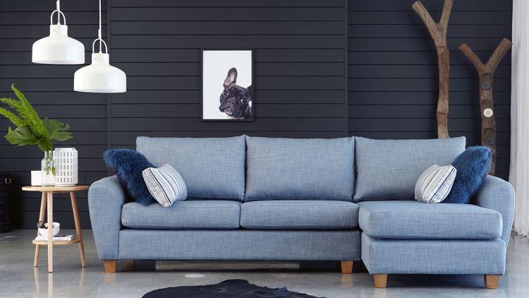 Голубой диван в интерьере: джинсовый трёхместный диван в комнате с чёрной стеной