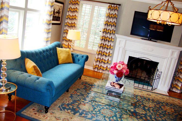 Голубой диван в интерьере: диван в стиле барокко в комнате с камином, узорчатым ковром и полосатыми шторами