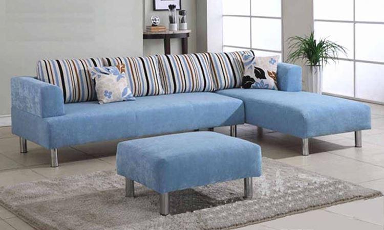 Голубой диван в интерьере: диван с полосатыми подушками в серо-бежевой гостиной