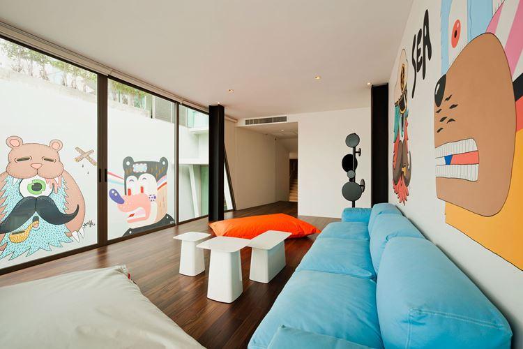 Голубой диван в интерьере: детская игровая комната с длинным голубым диваном