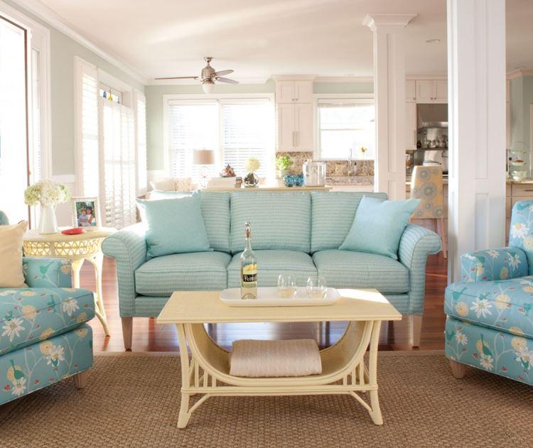 Голубой диван в интерьере: кресла с цветочным принтом и диван аквамаринового оттенка в полоску