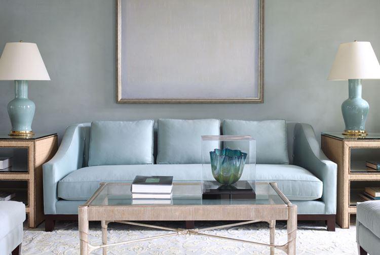 Голубой диван в интерьере: пастельно-голубой диван в гостиной с серо-голубыми стенами
