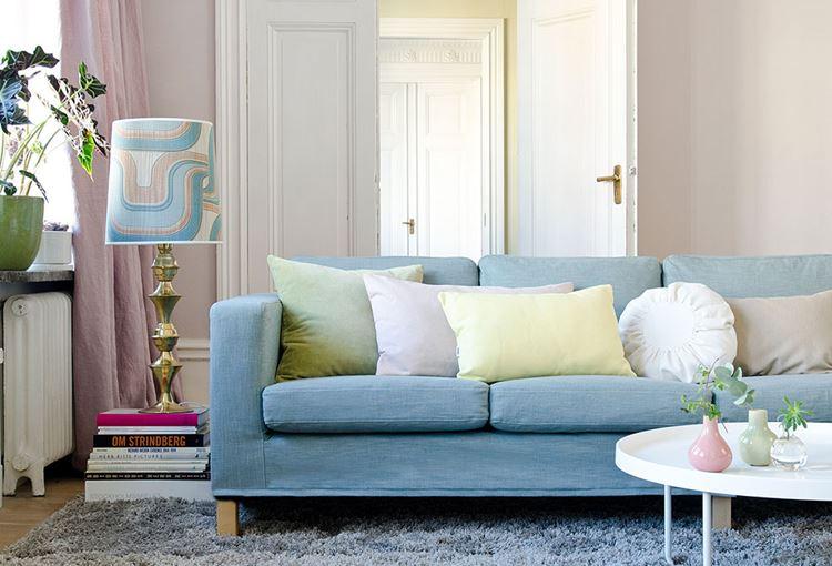 Голубой диван в интерьере: диван с подушками в гостиной в оттенках бежевого с розовыми шторами