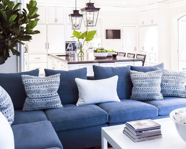 Голубой диван в интерьере: мягкий угловой диван с подушками в белой комнате
