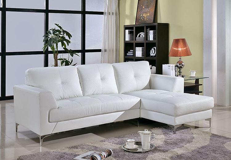 Белый диван в интерьере: трехместный угловой в гостиной с бледно-жёлтыми стенами и лиловым ковром