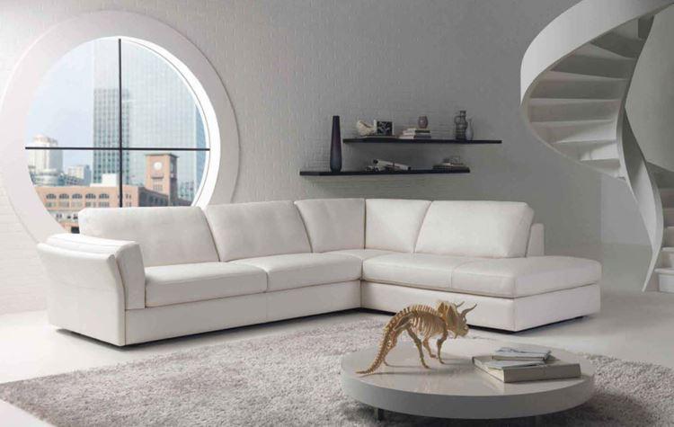 Белый диван в интерьере: большой кожаный угловой в светлой гостиной с ковром и круглым окном