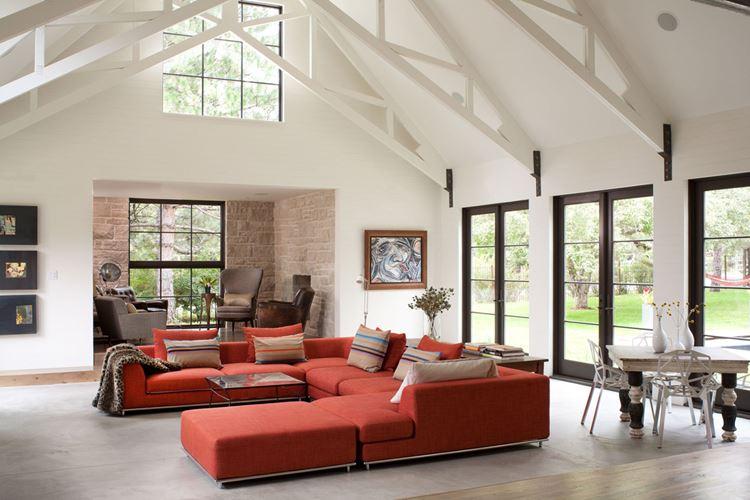 Оранжевый диван в интерьере: белая гостиная с большим угловым оранжевым диваном
