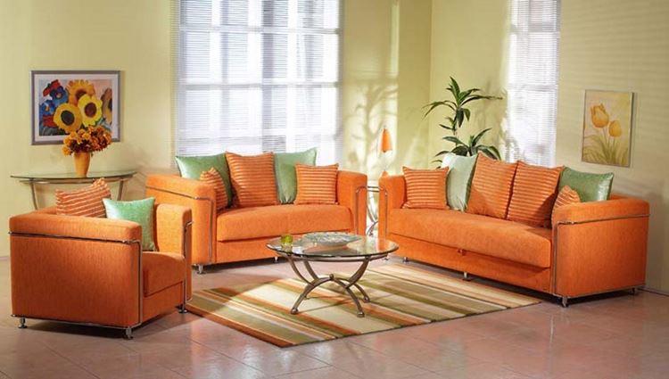 Оранжевый диван в интерьере: гостиная в жёлто-зелёных тонах с оранжевой мягкой мебелью