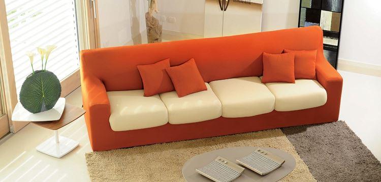 Оранжевый диван в интерьере: четырёхместный оранжево-белый диван с маленькими подушками