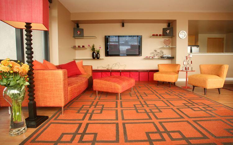 Оранжевый диван в интерьере: гостиная в персиково-оранжевых тонах