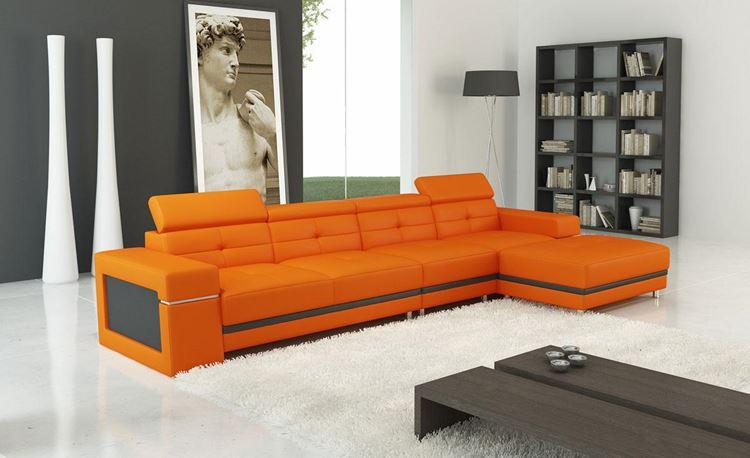 Оранжевый диван в интерьере: угловой оранжевый диван в серо-белой минималистичной гостиной