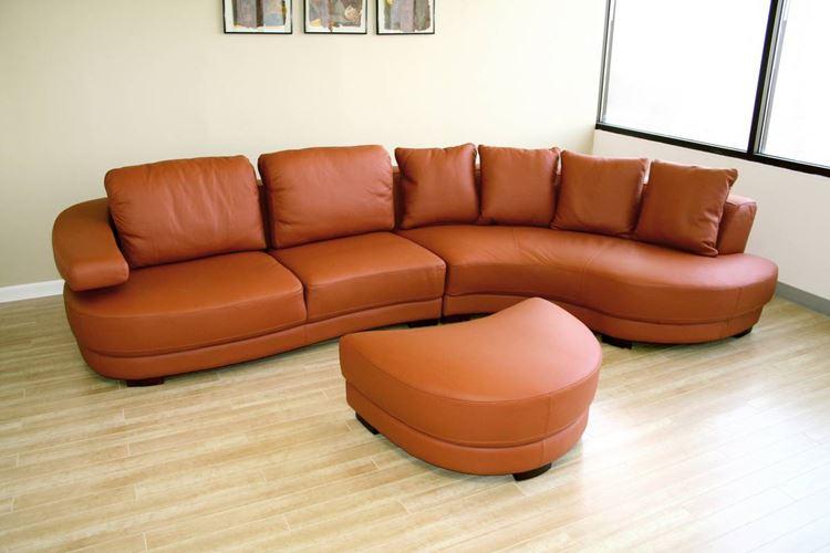 Оранжевый диван в интерьере: терракотовый кожаный диван с подушками