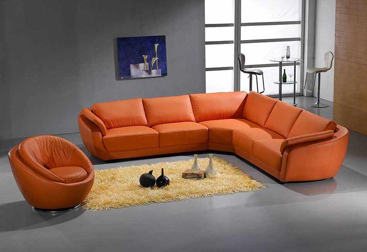 Оранжевый диван в интерьере: угловой кожаный оранжевый диван в гостиной с серыми стенами и полом