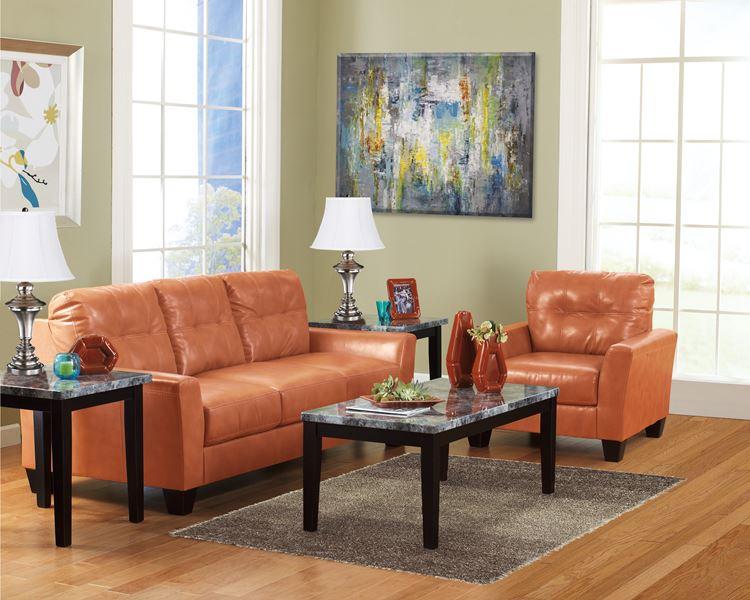 Оранжевый диван в интерьере:  светлая гостиная с кожаной оранжевой мебелью