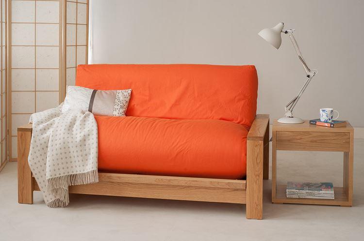 Оранжевый диван в интерьере: яркий оранжевый деревянный диван в гостиной в бежевых тонах