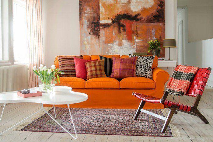 Оранжевый диван в интерьере: мягкий оранжевый трёхместный диван с разноцветными подушками