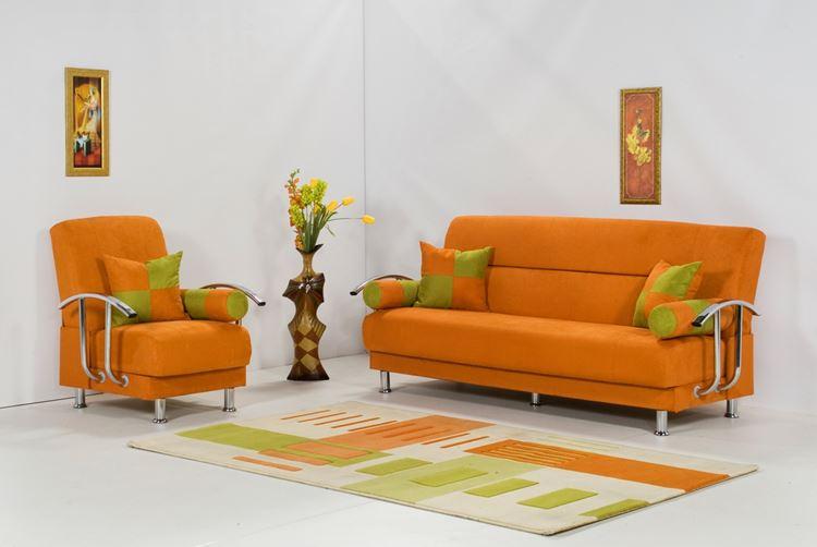 Оранжевый диван в интерьере: оранжево-зелёная мягкая мебель в жемчужно-серой гостиной