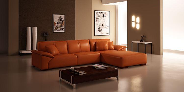Оранжевый диван в интерьере: угловой диван из эко-кожи в коричнево-бежевой гостиной