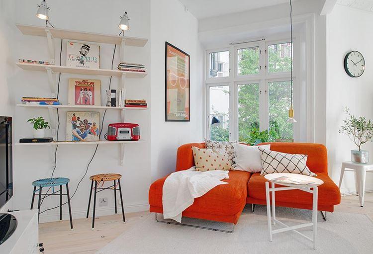 Оранжевый диван в интерьере: белая комната с ярким мягким диваном