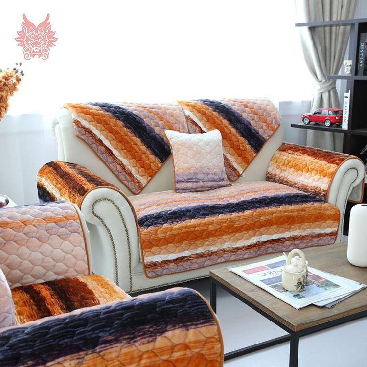 Оранжевый диван в интерьере: белая кожаная мебель с полосатыми накидками