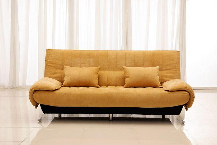 Оранжевый диван в интерьере: приглушённо-морковный диван с подушками