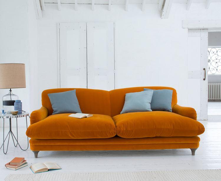 Оранжевый диван в интерьере: рыжий бархатный диван с серыми подушками