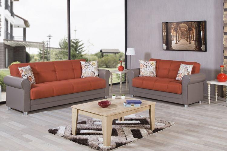 Оранжевый диван в интерьере: гостиная в серых тонах с оранжево-серым диваном