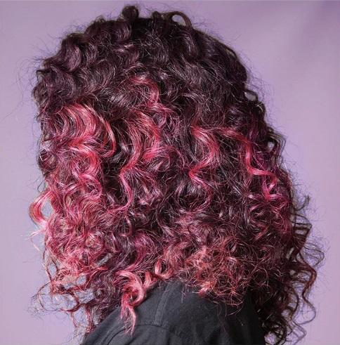 окрашивание Джоша Вуда - вьющиеся волосы с розовыми прядями