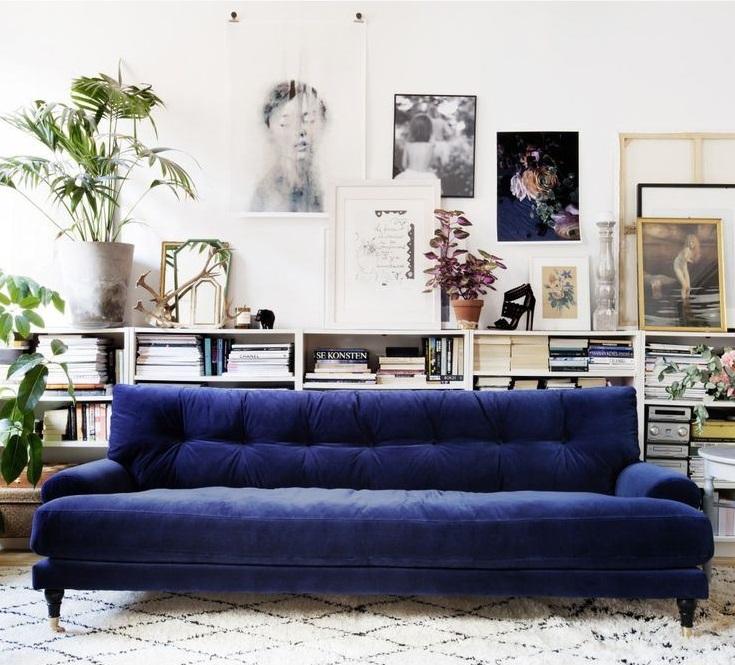 длинный бархатный синий диван