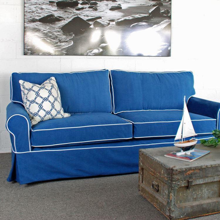 двухместный синий диван с белой подушкой
